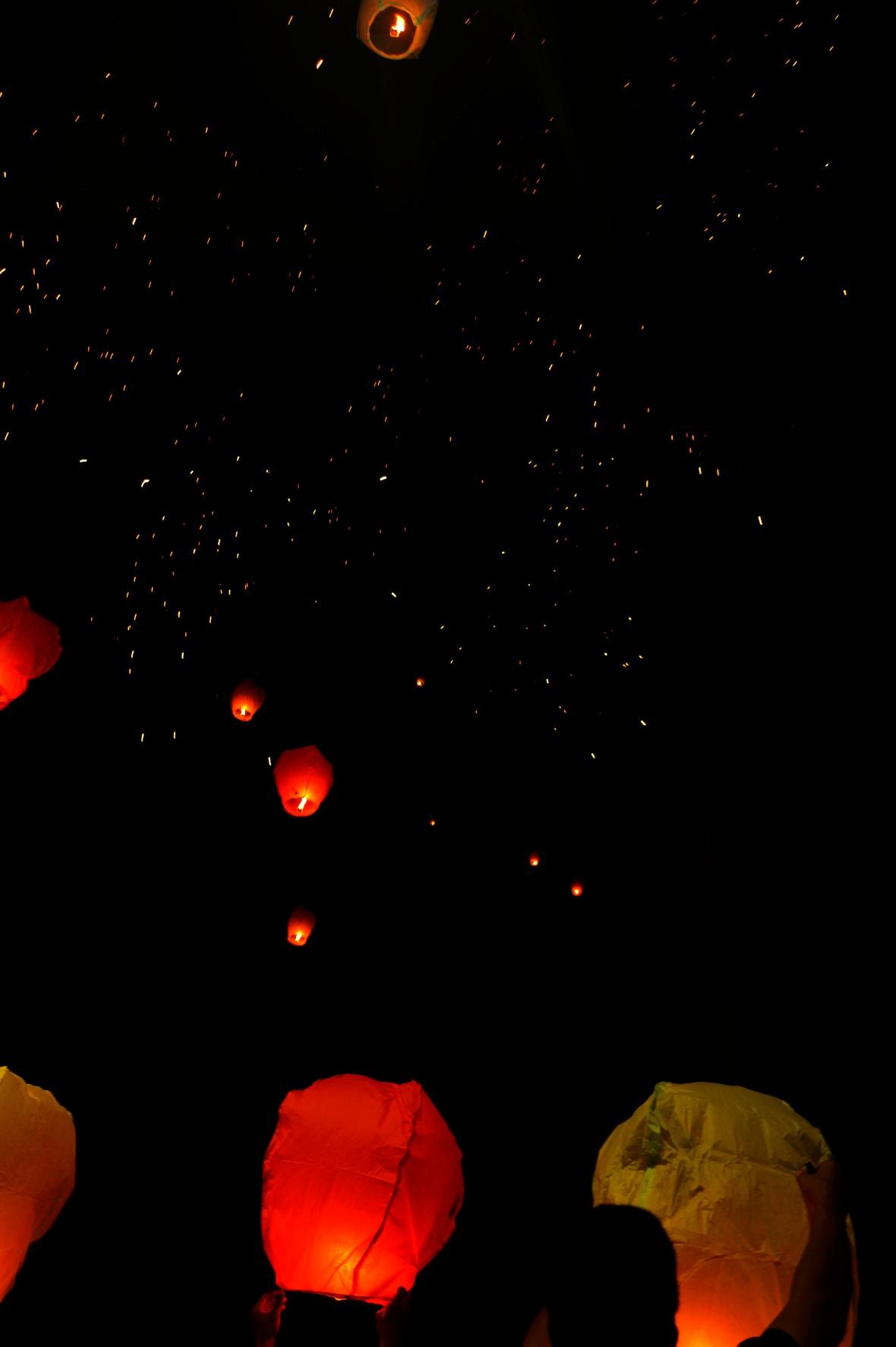 Ini foto keatas, diatas itu merupakan pecahan dari kembang api, dan terlihat seperti lampion yang sudah terbang jauh...