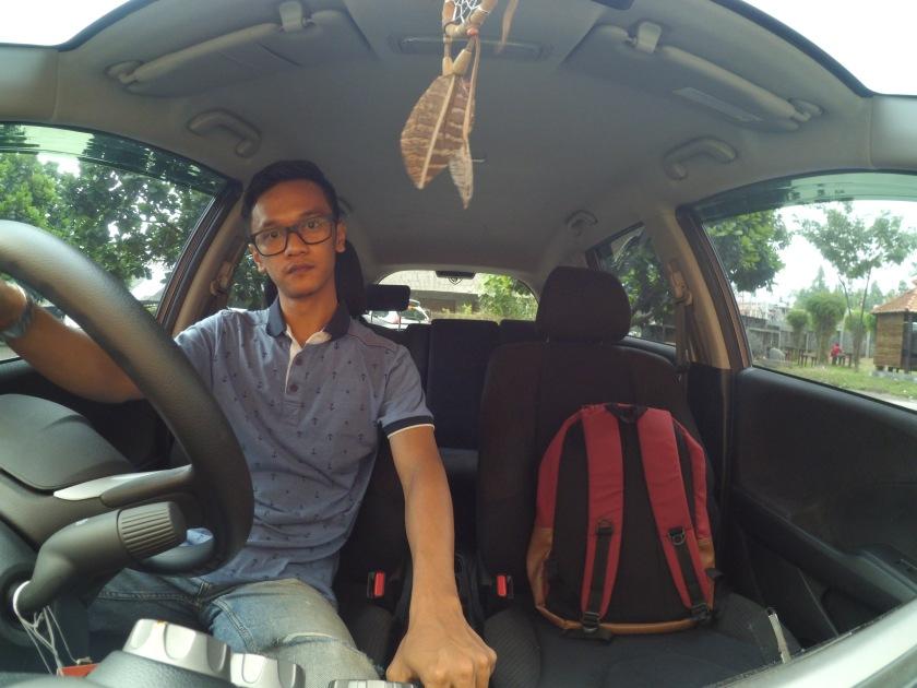 Sudut pandang kamera yang luas. sanggup memasukan semua elemen di dalam mobil.
